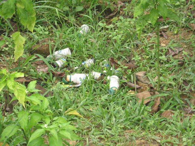 Chai lọ chứa thuốc trừ sâu bệnh độc hại do người dân vứt bỏ trên nương rẫy - là nguyên nhân gây ô nhiễm nguồn nước sinh hoạt trầm trọng