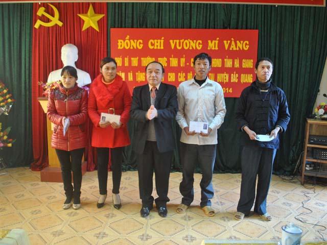 Đ/c Vương Mí Vàng - Phó Bí thư Thường trực Tỉnh ủy, Chủ tịch HĐND tỉnh tặng quà cho các hộ nghèo xã Việt Quang, huyện Bắc Quang