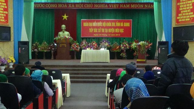 Cử tri thị trấn Mèo Vạc kiến nghị với Đoàn ĐBQH khoá XIII tỉnh Hà Giang tại buổi tiếp xúc cử tri tại thị trấn Mèo Vạc