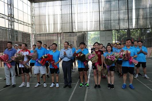 Phó chủ tịch UBND tỉnh Trần Đức Quý tặng hoa chúc mừng các đội thi đấu nhân kỷ niệm 90 năm ngày thành lập tổ chức Công đoàn Việt Nam của Văn phòng Đoàn ĐBQH, HĐND và UBND tỉnh