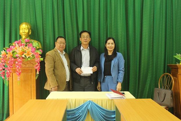 Đồng chí Phạm Thị Hồng Yên, Phó Chánh Văn phòng Đoàn ĐBQH, HĐND và UBND tỉnh trao tiền hỗ trợ cho xã