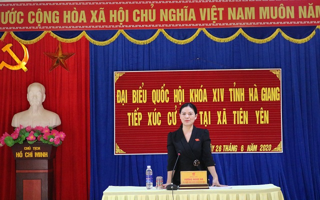 Bà Vương Ngọc Hà, Phó Trưởng đoàn chuyên trách Đoàn ĐBQH tỉnh Hà Giang báo cáo kết quả Kỳ họp thứ 9, Quốc hội khóa XIV