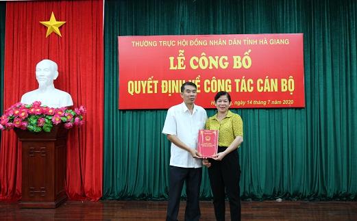 Đồng chí Chúng Thị Chiên, Ủy viên BTV Tỉnh ủy, Phó Chủ tịch Thường trực HĐND tỉnh trao Quyết định cho đồng chí Ngô Xuân Nam