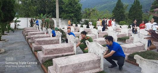 Đoàn viên, thanh niên huyện Bắc Quang chăm sóc phần mộ các liệt sỹ tại Nghĩa trang Liệt sỹ của huyện tại xã Tân Quang.