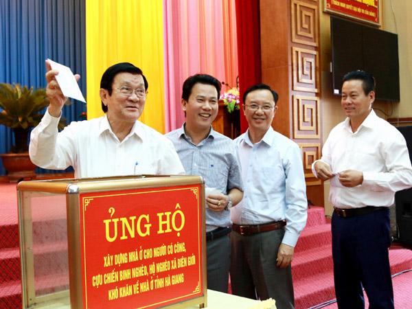 Nguyên Chủ tịch nước Trương Tấn Sang cùng các đồng chí lãnh đạo tỉnh, cán bộ, công chức, viên chức, lực lượng vũ trang trên địa bàn tỉnh quyên góp, ủng hộ chương trình. Ảnh: Tư liệu