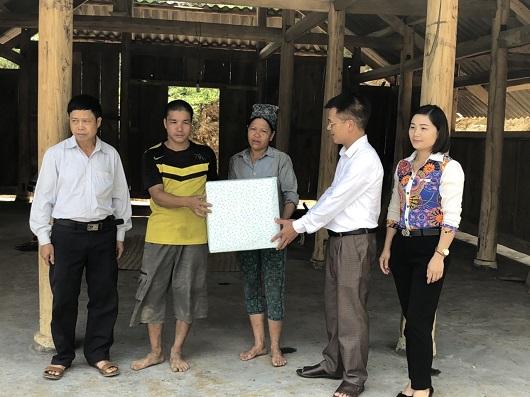 Đại diện Tổ đại biểu HĐND tỉnh Hà Giang đơn vị huyện Bắc Quang thăm và tặng quà cho gia đình ông Ma Văn Bầu ở thôn Xuân Mới, xã Đức Xuân.