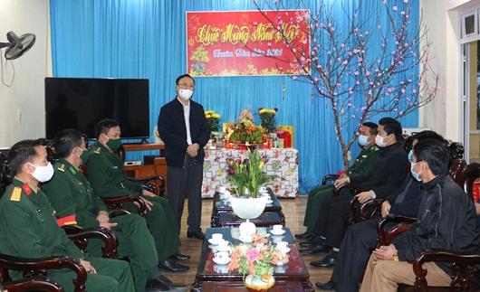 Phó Bí thư Thường trực Tỉnh ủy, Chủ tịch HĐND tỉnh Thào Hồng Sơn chúc Tết cán bộ, chiến sỹ và nhân dân xã Bản Máy