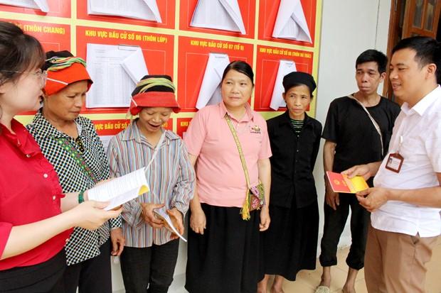 Cán bộ xã Phương Độ tuyên truyền, phổ biến thông tin về bầu cử cho người dân.