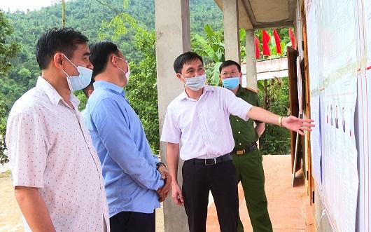 Bí thư huyện ủy Vị Xuyên Đỗ Anh Tuấn kiểm tra công tác chuẩn bị bầu cử tại thôn Lùng Tao, xã Cao Bồ.